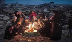 بالصورة: عائلة فلسطينية من غزة تحتقل بعيد ميلاد احد أطفالها على حطام منزلها.