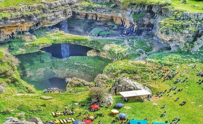 """جولة خلّابة داخل """"بالوع بلعا"""".. الشلال اللبناني الذي سبق أن صنّف من أكثر شلالات العالم سحراً"""
