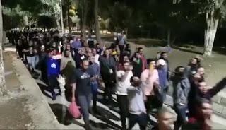 بعد أكثر من ٢٠٠ إصابة ونحو ٢٠ معتقلا يُفتح الأقصى والمصلون يدخلونه ويكبرون تكبيرات العيد أثناء توجههم لأداء صلاة الفجر