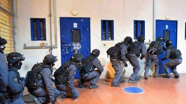"""وحدات """"اليماز"""" تقتحم قسم (10) بمعتقل النقب الصحرواي وتجري تفتيشات استفزازية"""