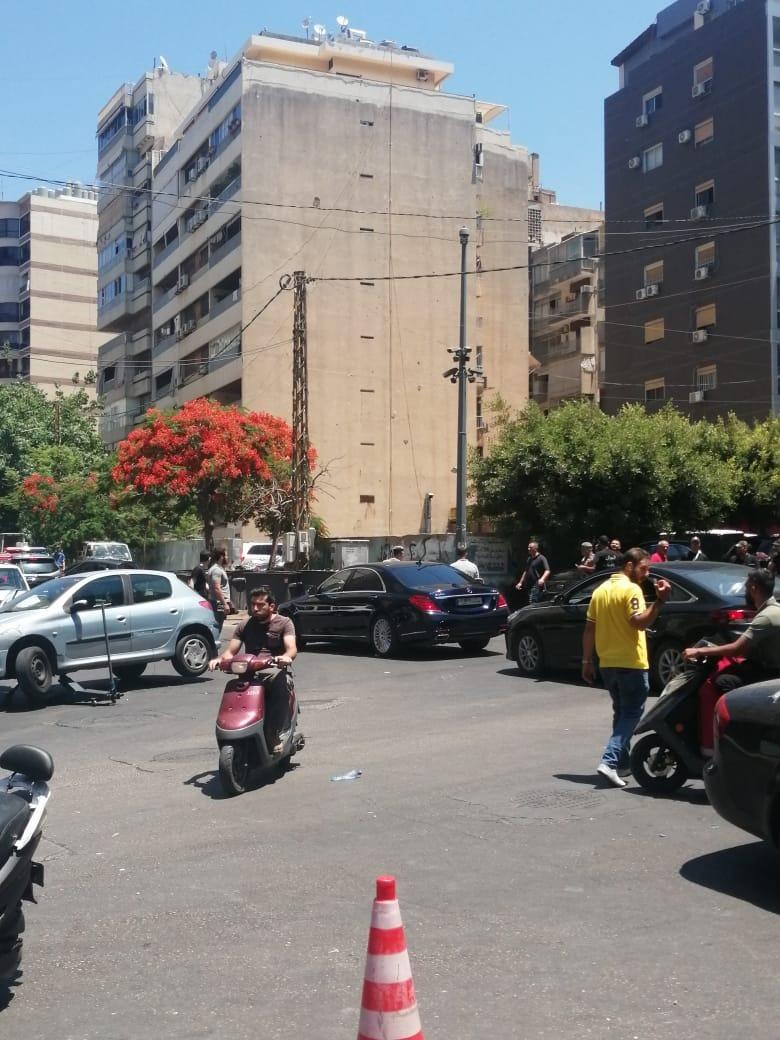 القوى الأمنية تغلق منطقة ساقية الجنزير - بيروت بعد العثور على  قذائف صاروخية  في مستوعب للنفايات
