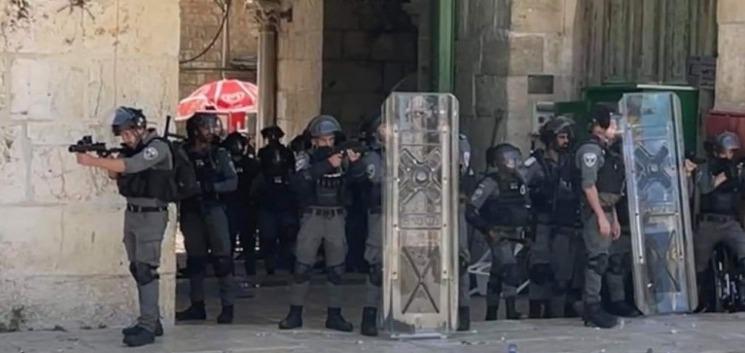 اصابات بعد قمع الاحتلال مسيرة داخل المسجد الاقصى