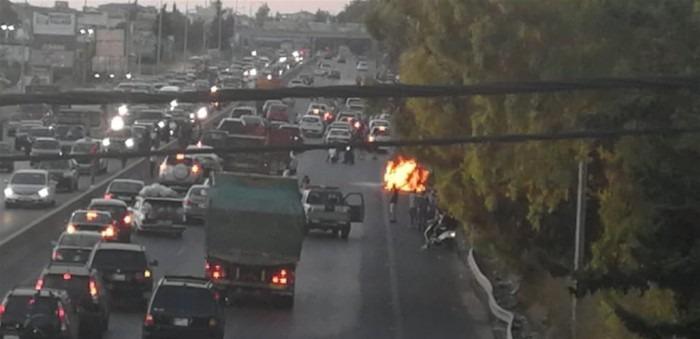 بالصور.. احتراق سيارة بـ'طابور انتظار البنزين' على اوتوستراد الجنوب-بيروت