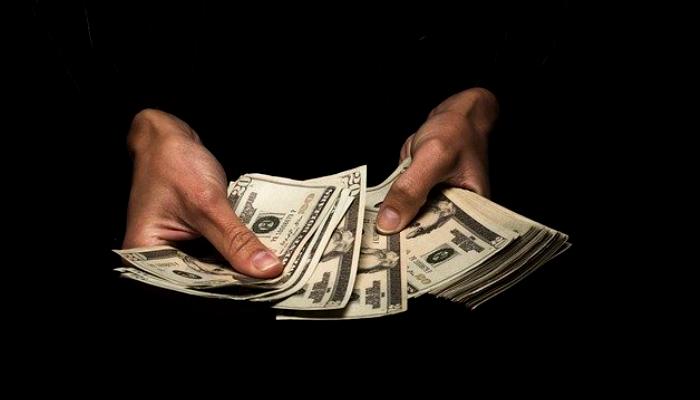 كيف افتتح سعر صرف الدولار في السوق السوداء اليوم؟