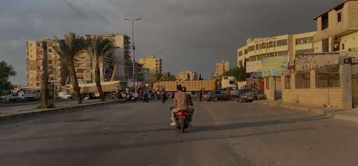 بالصورة: قطع طريق البداوي مفرق المنكوبين مستمر.. والشاحنات بعرض الشارع