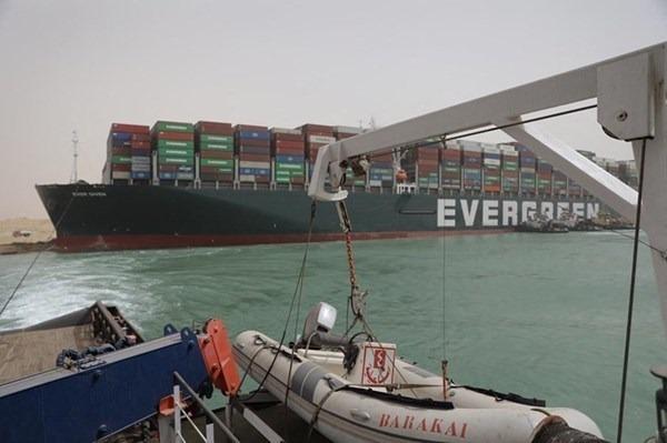 """""""اتفاق مبدئي"""" على التعويضات بين قناة السويس وسفينة """"إيفر غيفن"""""""