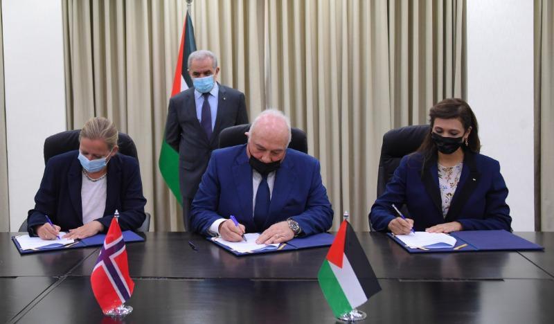برعاية اشتية.. توقيع اتفاقية دعم من النرويج للجهاز المركزي للإحصاء