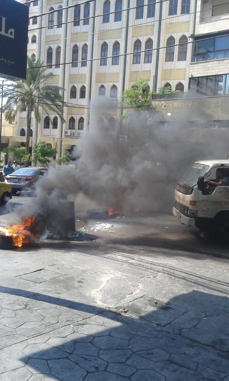 ثوار صيدا يقطعون الطريق بالاطارات المشتعلة قرب المحكمة الشرعية