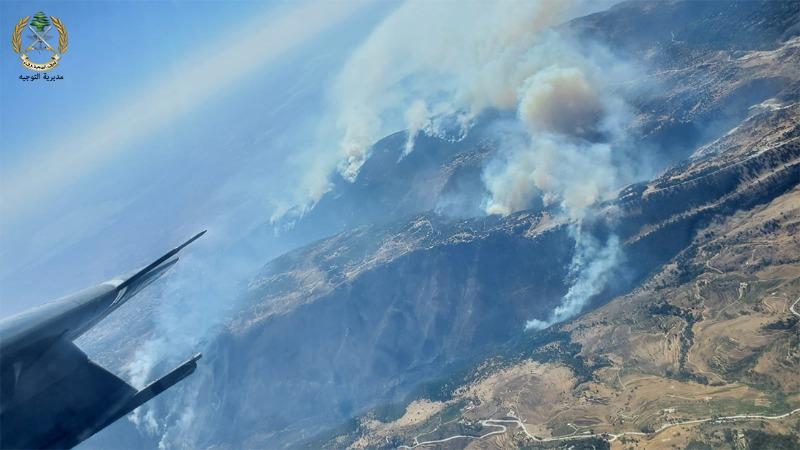 طوافات الجيش اللبناني وعناصره يعملون منذ الامس على اخماد الحرائق الهائلة المندلعة في عكار والهرمل