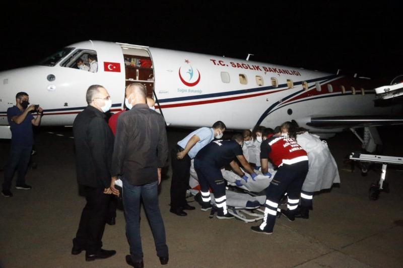 السفير التركي وممثل وزير الصحة استقبلا الطائرة التركية في المطار