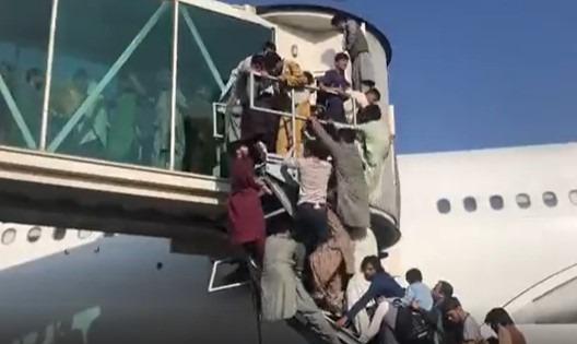 افغان يتعلقون بالطائرات في مطار كابول والاميركيون يطلقون النار